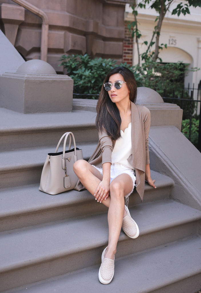 casual comfortable travel style neutral colored outfit ideas